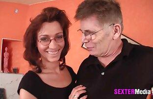 एक सेक्सी वीडियो फुल मूवी एचडी में पुराने गंजा गोरा मेज पर